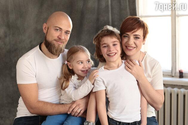 Тутта Ларсен с мужем Валерой и детьми Марфой и Лукой