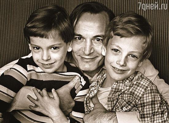 Василий Лановой с Сашей и Сережей (слева)