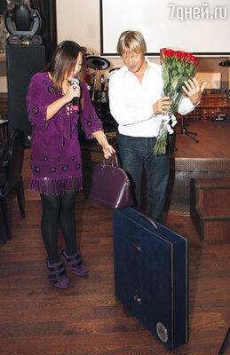 Анита Цой подарила юбиляру шахматы