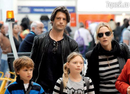 С Луисом Даулером и детьми Мией и Джо перед полетом на остров Неккер