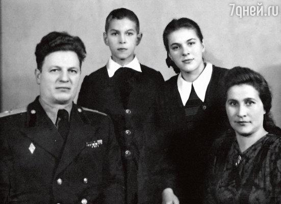 Луиза и Борис Хмельницкие сосвоими родителями— Алексеем Григорьевичем иЗинаидой Ивановной. 1952 г.