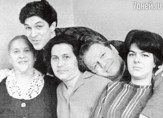 Борис и Луиза Хмельницкие с родителями итетей Анной (крайняя слева). 1962 г.