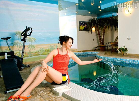 На первом этаже дома целый оздоровительный комплекс: бассейн, сауна, тренажерный зал