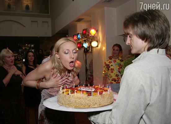 Задувая свечи, Кристина всегда загадывает желание
