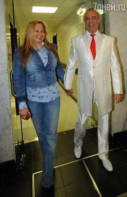 Илья стал везде появляться с какой-то женщиной, которую сначала представлял как своего директора, а потом — как жену