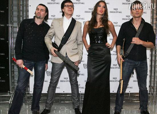 Участники группы «А-Студио» Владимир Миклошич (второй слева), Кэти Топурия, Федор Досумов (справа) в 2011 году