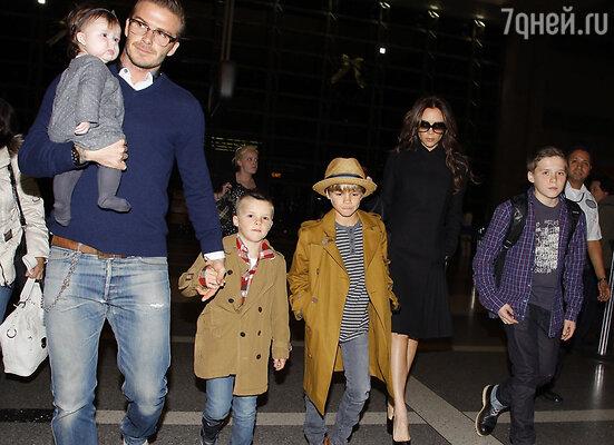 Дэвид и Виктория Бекхэм с сыновьями Крузом, Бруклином, Ромео и дочерью Харпер