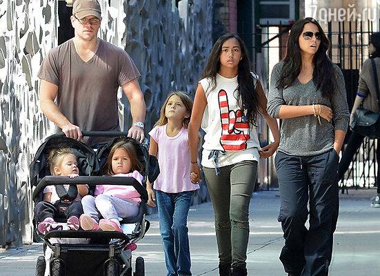 Мэтт Дэймон  с женой Люсьяной и дочерьми Алексией, Изабеллой, Джиа и Стеллой