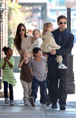 Брэд Питт и Анджелина Джоли с сыновьями Паксом и Ноксом и дочерьми Захарой, Шило и Вивьен