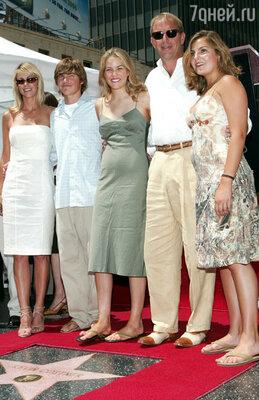 Кевин Костнер с женой и детьми
