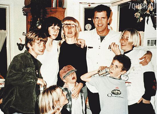 Мэл Гибсон с женой Робин Мур и детьми