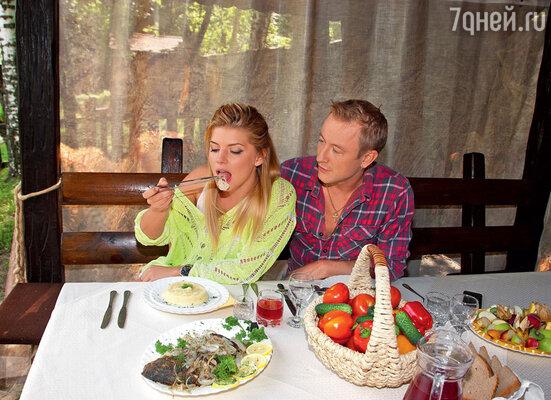 Анастасия в восторге от кулинарных способностей любимого. Какая уж тут диета?!
