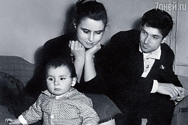 Борис развелся с прежней женой, но мама начала оттаивать, только когда родился Антошка