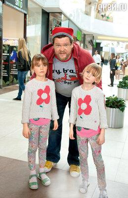 Вилле Хаапасало со своими экранными дочерьми, близняшками Вероникой и Агнессой Юдинцевыми