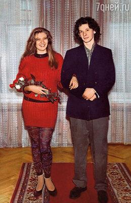 Свадьбу сыграли на втором курсе. На регистрации я была в длинном свитере и лосинах, жениху нашли какой-то пиджак. (Аня с Даниилом Спиваковским)