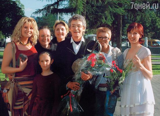 С отчимом мы дружим до сих пор... (На праздновании 60-летнего юбилея Игоря Старыгина. Аня с дочерью Соней, Игорь Старыгин с женой и дочкой Настей)