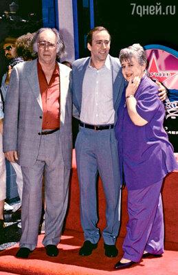 С отцом Огастом и матерью Джой на церемонии заложения звезды Кейджа на голливудской Аллее славы. 1998 г.