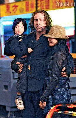 С женой Элис Ким и младшим сыном Кэл-Элом на съемках фильма «Ученик Чародея». Нью-Йорк, апрель 2009 г.