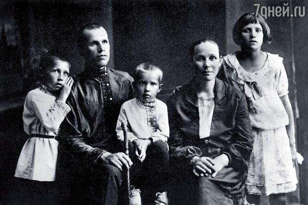 Иван Лапиков (слева) в детстве