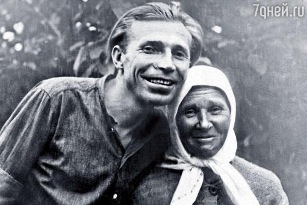 Иван Лапиков со своей мамой Мариной Елисеевной