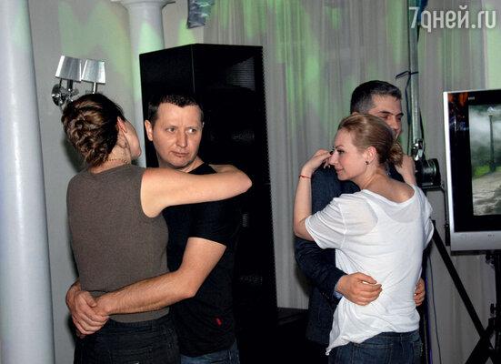 «У нас с Владом никогда небыло романа, да инемогло быть. Мы с ним слишком похожие люди— какмагниты содной полярностью». На снимке - Котлярский и Бартновская танцуют рядом, но порознь.