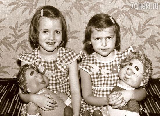 Двоюродная сестра Настя (слева) старше меня на год