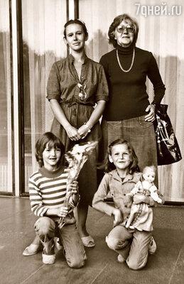 Я с мамой, любимой бабушкой Лялей и сестрой Настей
