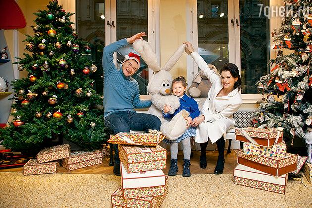 Алексей Тихонов, Мария Петрова иих четырехлетняя дочка Полина