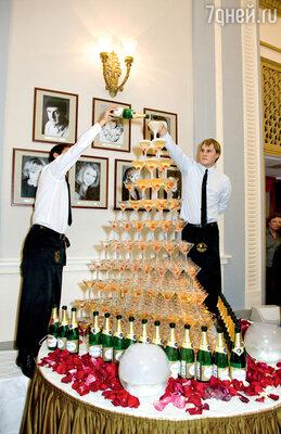 Гостей встречала «горка» с шампанским