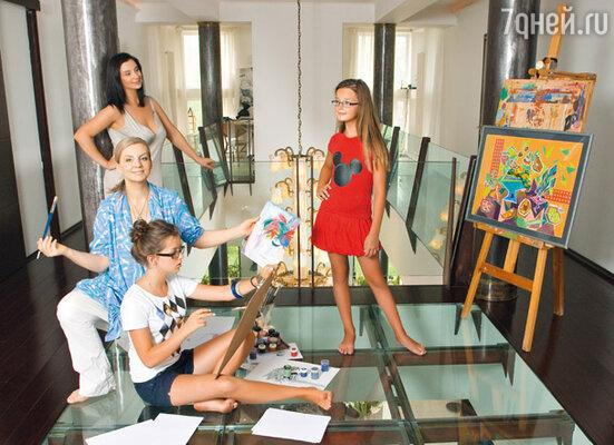 Екатерина Стриженова с младшей дочерью Александрой (справа), своей старшей сестрой Викторией и ее младшей дочерью Елизаветой