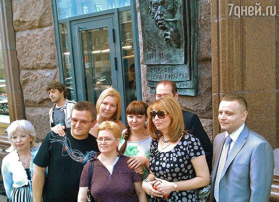 Дочь поэта Екатерина Рождественская (в центре)
