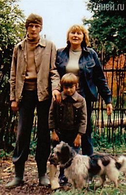 У нас всегда были собаки. Это началось с мечты Миляева — и я подарила мужу Пушка (на фото). Людмила Иванова с сыновьями Иваном и Сашей