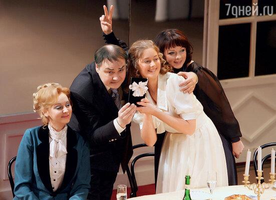 Когда мы ставили в театре спектакль «Три сестры», я буквально сходила с ума, работая над ролью. Дарья справа