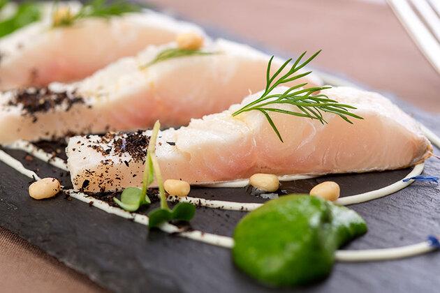 Осетрина богата ценными аминокислотами, которые необходимы для нормальной работы сердца, и легкоусвояемыми жирными кислотами и витаминами, благотворно влияющими на нервную систему и мозг