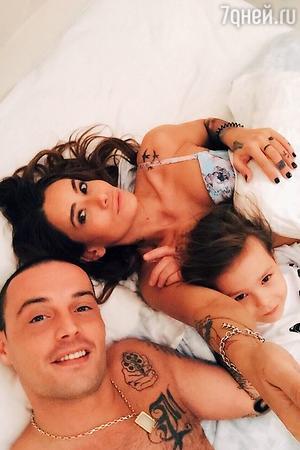 Айза и Гуф с сыном