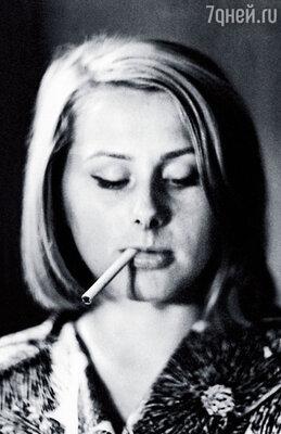 Мама сидела на подоконнике с сигаретой. В джинсах. Драных. Главный режиссер Равенских возмущался. Наташа отвечала: «Почему нет?!»