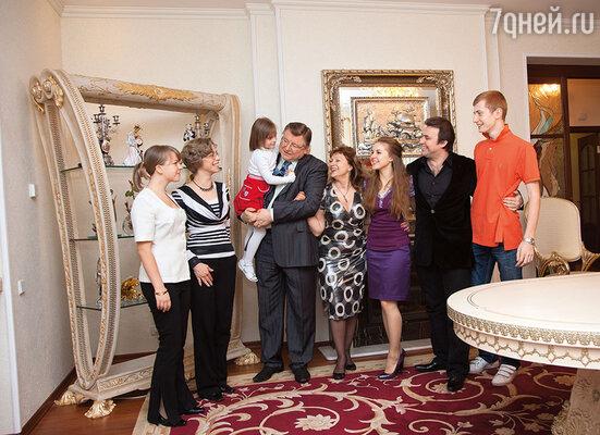Мы жили одной дружной семьей: на снимке дочь Виктора с детьми и мой Олег с внуками