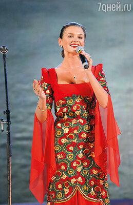 Десять лет назад один высокопоставленный чиновник из МВД попросил Елисеева взять в ансамбль перспективную певицу Наталью Курганскую