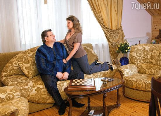 Часто к нам приезжали гости, и муж меня с гордостью представлял: «Это маленькая хозяйка большого дома!»