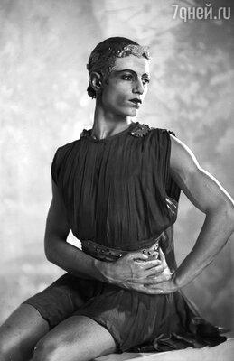 Красавец премьер Серж Лифарь  разбил немало женских сердец — за его  внимание боролись многие знаменитые балерины