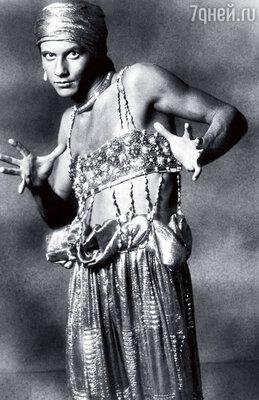 До Сержа Лифаря премьером у Дягилева был Вацлав Нижинский. (Нижинский в балете «Призрак розы»)