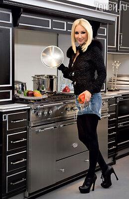 «Раньше я бы не поверила, что мне понравится быть обычной женщиной, домохозяйкой. Но это так! Ведь готовить для себя — это одно, а для любимого мужчины — совсем другое»