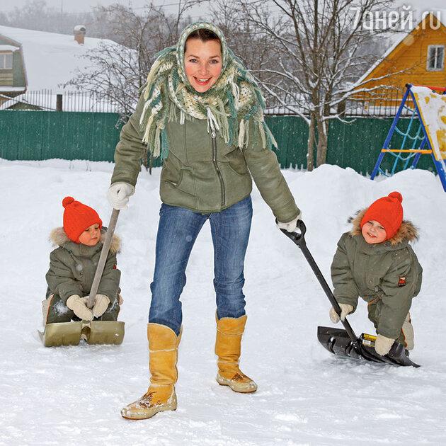 Наталия Антонова с сыновьями  Максимом и Никитой
