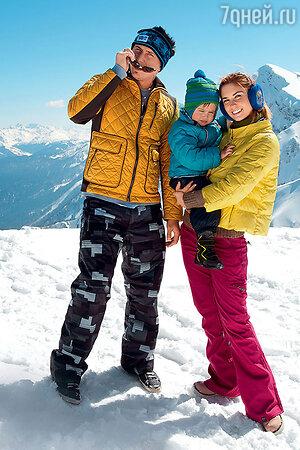 Павел Прилучный с женой Агатой Муцениеце и сыном Тимофеем