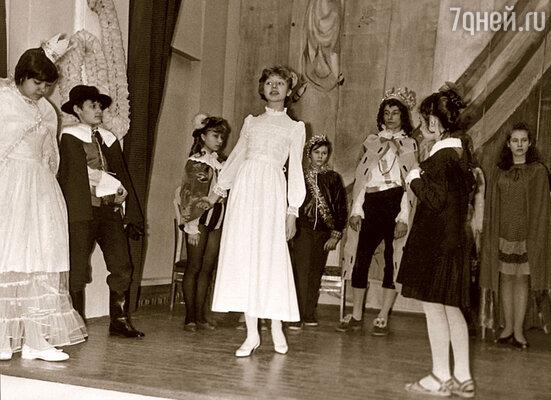 Роль Феи физики Кристина играла в платье, в котором спела с мамой песню «А знаешь, все еще будет»