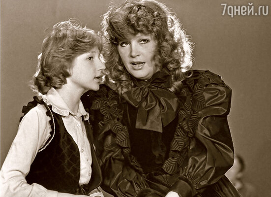 Широкая публика впервые увидела Кристину в 1983 году, когда она спела с мамой в «Голубом огоньке»