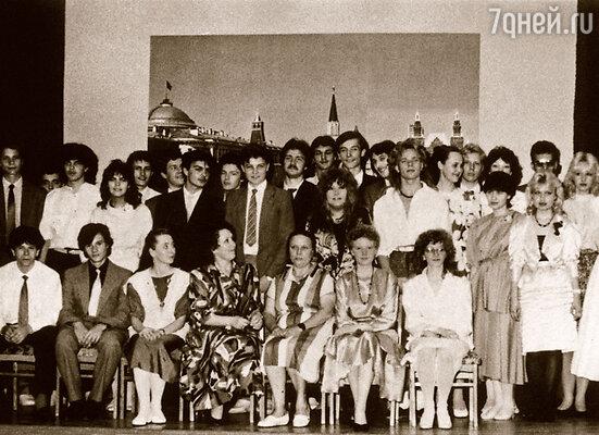 На выпускном вечере. В центре — Алла Пугачева и Владимир Пресняков-младший. Кристина — крайняя справа