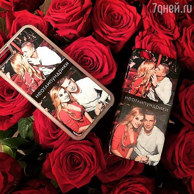 Букет алых роз с чехлами для телефона