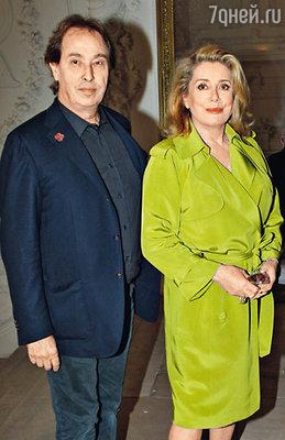 Из-за опоздания Катрин Денев (на фото — с дизайнером Жилем Дюфуром) Готье задержал показ почти на час