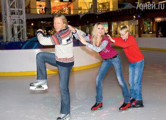 «В детстве я гонял на коньках в дворовой ледовой коробке. Мечтал стать хоккеистом — моими кумирами были Харламов, Старшинов и Мальцев. А теперь приезжаю на каток с женой и сыном». Место съемки : ТРК « VEGAS»